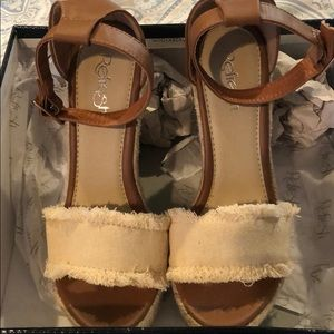 NWT Vici Wedges in box